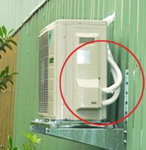 室外機安裝於鐵皮屋,當空調運轉時,容易產生共振,造成異音