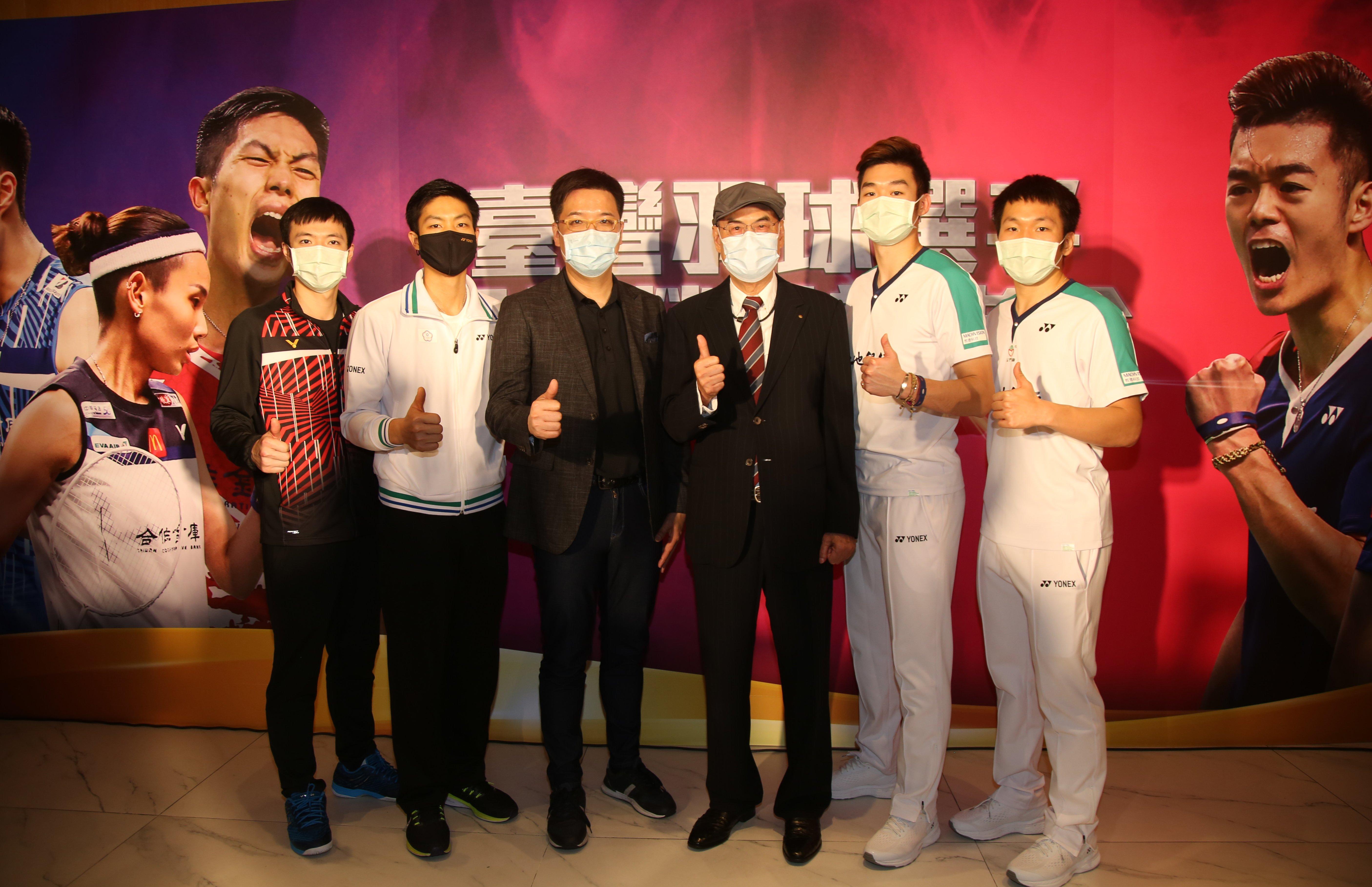 王子維(左起)、周天成、中華民國羽球協會理事長張國祚、和泰興業股份有限公司董事長蘇一仲、王齊麟、李洋共同出席羽球凱旋榮歸表揚活動。